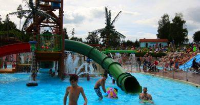 große grüne Röhrenrutsche :: Water Play House | Skara Sommarland