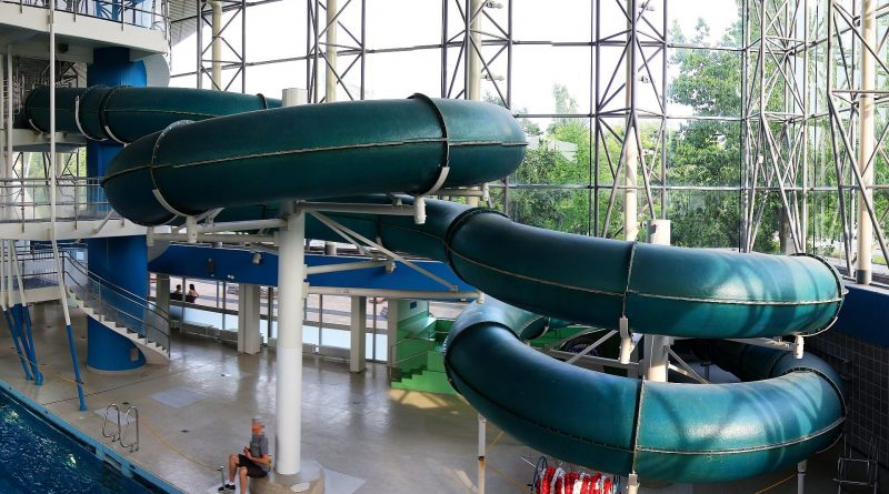 grüne Röhrenrutsche   Alster-Schwimmhalle Hamburg