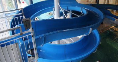 offene Riesenrutsche :: blaue Rutsche | Schwimmbad Fohrbach Zollikon